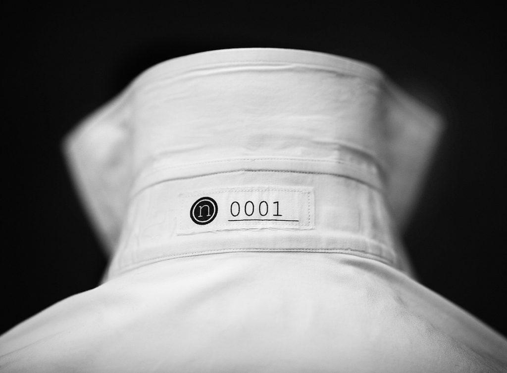 Wit overhemd kraag met een nummer