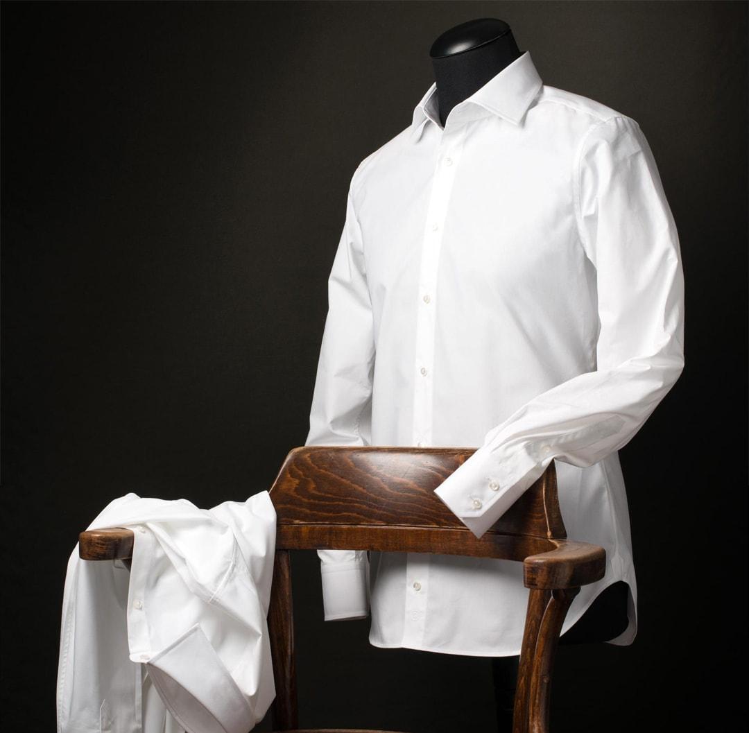 Wit overhemd op een paspop