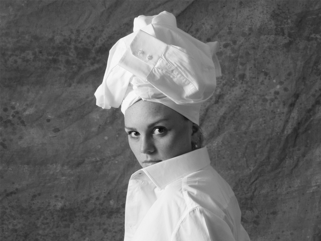 Veerle met wit overhemd op hoofd Ceesnco