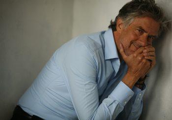 Man met blauw overhemd aan Ceesnco