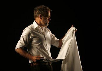 Man met wit overhemd Ceesnco in handen