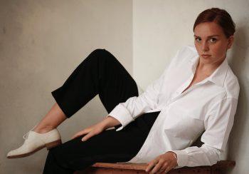 Vrouw op tafel met wit overhemd Ceesnco