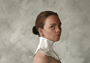 Portret vrouw met kraag van overhemd Ceesnco