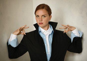 Vrouw met drie overhemden aan Ceesnco