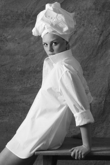 Vrouw met wit overhemd op hoofd Ceesnco
